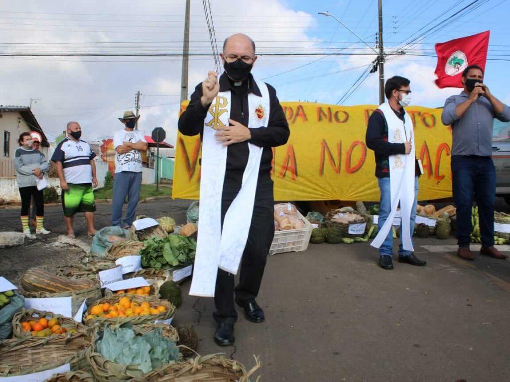 Dom Amilton Manoel da Silva, fez a benção dos alimentos